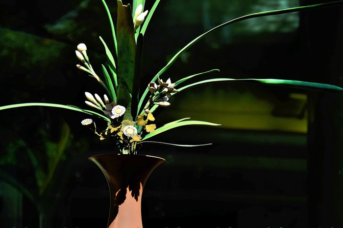 普段からお花に親しんでいる人は、華道を習ってみてはいかがでしょう。自己流で生けているだけでは気づかなかった、お花同士の相性やかたちの多様性などを知ることができますよ。丁寧にお花と接することで、植物の持つ生命力や花器の美しさなどにも気づけそう。おうちで飾るお花の雰囲気もワンランクアップしますね。
