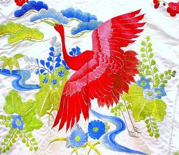 日本刺繍は絹糸を使って両手でさしていく刺繍のことで、色鮮やかな華やかさを体感できる作品が仕上がります。ふっくらとした立体感のある作品は、小さなものでも額装することで立派な見栄えのインテリアになりますよ。ポーチなどの小物にして、日常使いしてみるのも素敵です。