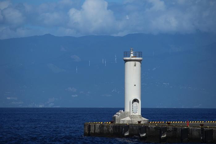 伊豆諸島最大の島である伊豆大島。アクセスしやすい離島なため、東京からは日帰りで観光することが可能な島です。椿が有名で、毎年1月下旬から3月下旬頃まで椿まつりが開催されています。また、車を利用すれば島をぐるっと1周できるので、トライブをするにももってこい!人気の観光スポットが点在しているので、車を利用して観光するのがおすすめですよ。