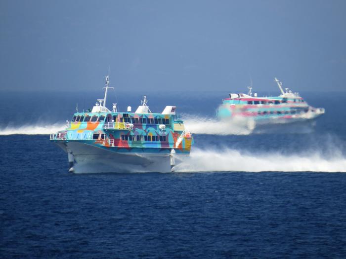 伊豆大島へのアクセス方法は、超高速ジェット船、大型客船、飛行機を利用することができます。超高速ジェット船は、東京・竹芝からなら1時間45分程度、熱海からは約45分でアクセスすることが可能です。大型客船は、竹芝から約6時間で、早朝到着となります。また、調布飛行場から飛行機に乗れば約30分ほどでアクセスすることができちゃいます。そのため、東京からなら日帰りでも気軽に遊びに行けますよ。