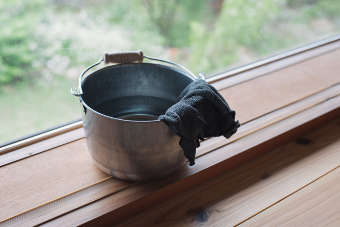 フローリングをモップや雑巾で拭く場合は、木目に沿って拭くときれいになります。洗剤をつける場合は必ず雑巾につけて、床材が痛まないかどうか確認してから使うようにしましょう。