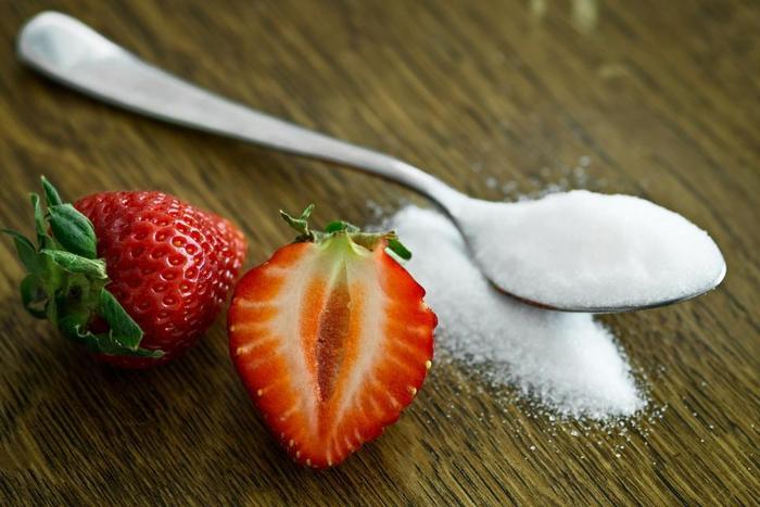 糖分や塩分などが含まれていることから、すいすい飲めてしまうスポーツドリンク。飲みやすいのは良いのですが、飲み過ぎないよう注意することも大切です。塩分や糖分の摂り過ぎになってしまうことも。かえって体調悪化につながるおそれがありますので、量を把握しながら必要な分だけ飲むようにしましょう。