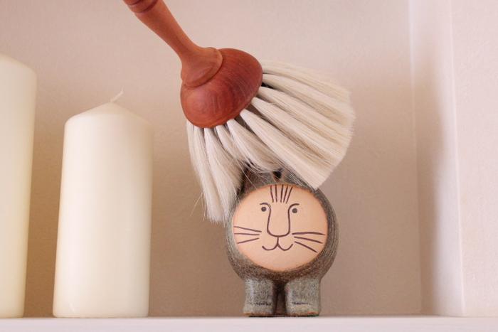 小さな置物も、サッと優しく撫でるだけで簡単にホコリを取る事ができますよ。もちろん、本棚の隙間などにも使う事ができるのでおすすめです。