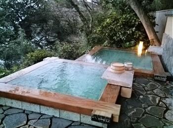 檜の縁に温泉があふれて♪