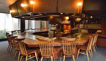 席はカウンターのみ。手際よく調理される様子を目の前で見ることができ、食べる前から期待が高まります。