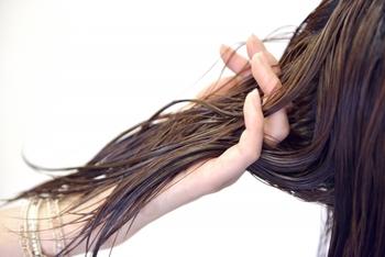 週に1回はトリートメントで、髪の潤いをキープしましょう。乾燥してパサつきがちな秋冬や、ダメージのひどい髪には、回数を増やして調整しましょう。