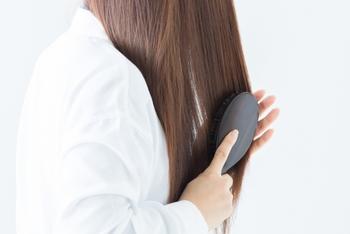 髪のセット前の、ブラッシングは欠かせません。絡まりをほぐして、髪にツヤを出すことが出来ます。絡まったままヘアアイロンしてしまうと、髪が傷む原因になってしまいますので必ずブラシで整えるようにしましょう。