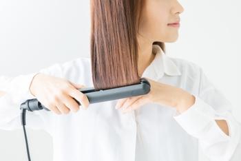 ヘアアイロンもこまめにブロック分けして、丁寧にアイロンをかけると、艶やかできれいなストレートヘアが作れます。