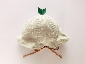 チューリップハットのてっぺんに、フェルトで葉っぱをつければ森の妖精に大変身。どんぐり帽子にも使えるとってもキュートなアイデアです。