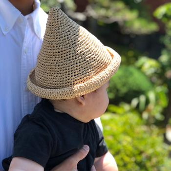 クルンとしたツバが可愛いドングリ帽子。少しだけでもツバがあると眩しさも半減するのでオススメです。