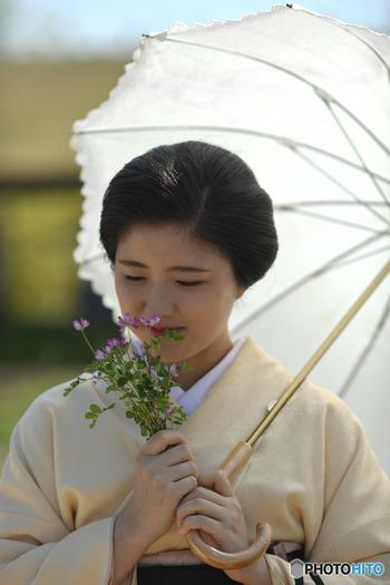 日本には春・夏・秋・冬の「四季」があり、季節の移ろいとともに、美しい自然や風景を楽しむことができます。春の桜、夏の新緑、秋の紅葉…。そうした四季の変化を敏感に感じ取る日本人の感性は、俳句・短歌・手紙など、暮らしの中の様々なところに活かされてきました。