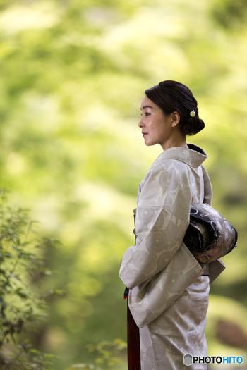 """日本人女性の美称として用いられる""""大和撫子""""は、奥ゆかしさと芯の強さを兼ね備えた女性を表現した言葉です。ぶれない軸と心の強さを持つことも、昔から日本で大切にされてきました。大和撫子の凛とした美しさは、そうした精神的な強さによって、自然に滲み出るものなのかもしれません。"""