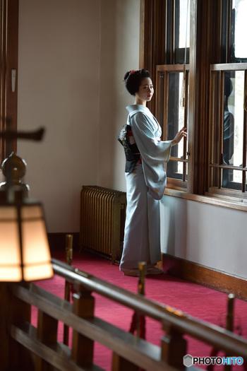 """しっとりと落ち着いた雰囲気のある、奥ゆかしい日本の女性。""""大和撫子""""という言葉から、そんな美しい女性をイメージする方も多いのではないでしょうか。着物が似合う素敵な女性は、立ち振る舞いがとてもやわらかくて上品ですよね。日常的なひとつひとつの動作が楚々としていて、仕草も女性らしくて優雅な雰囲気です。"""