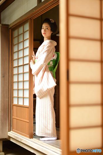 立つ・座るという動作、手の動かし方や道具の置き方など。茶道や華道、日本舞踊の先生の所作は、洗練されていて美しいですよね。そうした日本の女性らしい所作や上品な仕草は、素敵に年齢を重ねるためにも、ぜひ身につけたいですね。