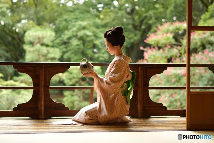 日本独自の美意識から生まれた「おもてなし」の文化は、日本の象徴の一つとして世界的に広く認識されています。相手のことを思う気持ちから生まれる、さりげない優しさと心づかい―日本を訪れる多くの外国人は、そうした「おもてなし」の文化から、日本人の奥ゆかしさと温かいホスピタリティ精神を感じるそうです。さりげない気遣いと心くばりをする「もてなしの心」も、大和撫子が大切にしてきた文化です。