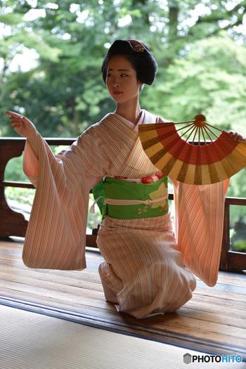 日本舞踊では踊りとともに、扇・さらし・棒などの小道具の使い方も勉強します。三味線・太鼓・笛といった和楽器の演奏や長唄など、日本の古典的な音楽にも触れることができるので、伝統芸能の世界が好きな方はぜひ日本舞踊を始めてみませんか?