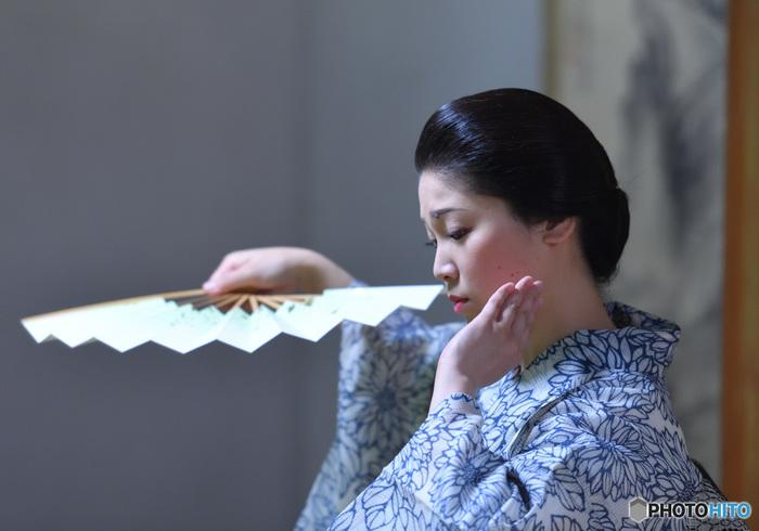 凛とした立ち姿、楚々とした歩き方、優雅な手つき…。何気ない仕草が綺麗な女性は、誰の目にも魅力的に映ります。伝統芸能として継承されている「日本舞踊」も、そうした日本の女性らしい、上品な立ち振る舞いを身につけたい方におすすめの習い事です。