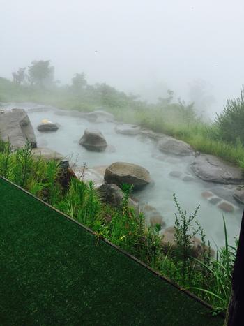 標高700m弱。富士が見えなくても、幻想的な霧の中の温泉も風情のうち♪