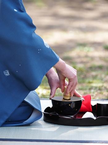 """日本を代表する伝統文化のひとつとして、海外からも注目されている「茶道」。基本の礼儀作法をはじめ、茶筅・茶碗・柄杓など道具の使い方、""""侘び・寂び""""や""""一期一会""""という茶道の精神文化を学ぶことができます。茶道のお作法を通して、日本の女性らしい美しい所作を勉強してみませんか?"""