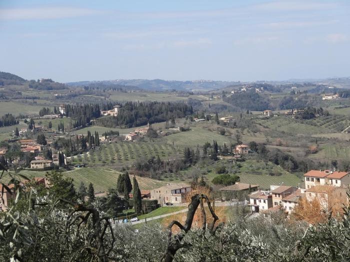 トスカーナの大自然に囲まれた田舎町「サンジミニャーノ」は、トスカーナ地方の中でも特に人気のある場所。一番の魅力は、トスカーナ特有の広大な田園風景と、今もたくさん残っている中世の建物です。ローマやフィレンツェ、ミラノなど、有名な都市ではなかなか味わえないような素朴な雰囲気が漂います。