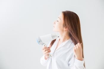 ドライヤーは髪の根本から乾かしていきましょう。髪から20cm程度離して使うのがおすすめ。前髪の根元、髪全体の根元、最後に毛先といった順に乾かすと良いでしょう。