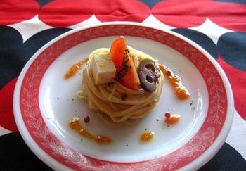 パプリカペーストがカッペリーニに絡んで美味しい冷製パスタ。くるくる巻いて具材を上にトッピングすればレストランのような美しさに。