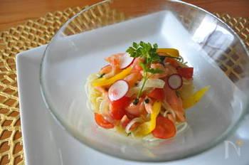 スモークサーモンにパプリカやラディッシュ、トマトを合わせた色鮮やかな冷製カッペリーニ。お酢を使ったソースで食欲のない時でもさっぱりいただけます。