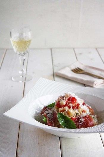 トマトと桃、生ハムにパルミジャーノチーズを合わせたイタリアンテイスト満載な冷製パスタ。ポイントはトマトと桃をよく熟した甘いものを使うこと。