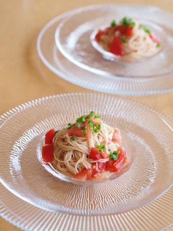カッペリーニの代わりにそうめんを使えばもっと手軽にできちゃいますね。麺つゆを使ったソースで和風に仕上げたら最後はネギを飾って。