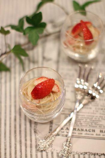 前菜にもぴったりな苺を使った冷製カッペリーニ。酸味と甘みのバランスをよくするためにも、苺は少し酸味のあるものを選んでくださいね。