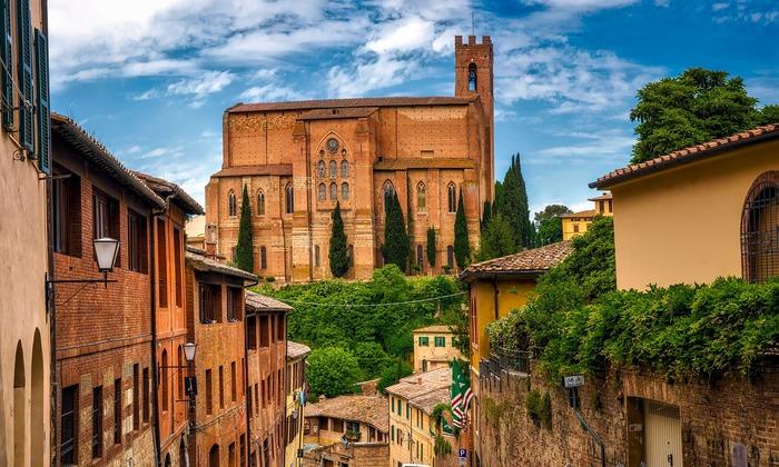イタリアのトスカーナ地方にあるサンジミニャーノは、フィレンツェにも近く人気の街。ユネスコの世界遺産にも登録されている、歴史ある田舎の風景が広がります。