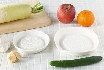 また、セラミックは食材の匂いが付かず、金気のものでおろしたときに感じる金属臭もないので、食材の風味を損なわず、様々な食材をおろすことができます。さらに、摩耗しにくく錆びることがないセラミックは、安心して永く使うことができます。
