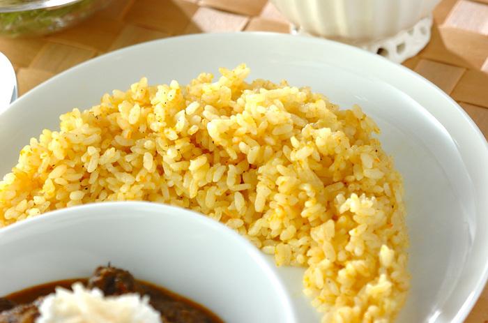バターで玉ねぎのみじん切りとすりおろしたニンジンを炒め、お米と一緒に炊いた、彩りのきれいなおろしニンジンライス。カレーに添えれば見た目がより美味しそうになるうえに、ニンジンが苦手な子供でも喜んで食べてくれそう。