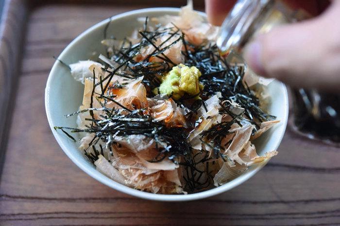 せっかく美味しくおろせた生わさび、お刺身やおそばの他に、さっぱり美味しくいただきたいという方は、生わさび丼はいかがでしょうか。おろした生わさび、かつお節、海苔、醤油だけで、風味豊かな生わさび丼が簡単に作れます。食欲のない朝や、飲んだ後にも良さそう。