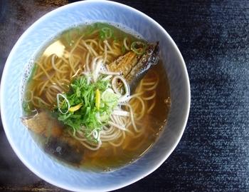 かけそばに、ニシンの甘露煮をのせていただく京都の名物「にしんそば」。やさしい味のかけそばと、甘じょっぱいにしんの組み合わせが◎。京都らしい年越しを、とお考えの方はぜひ。