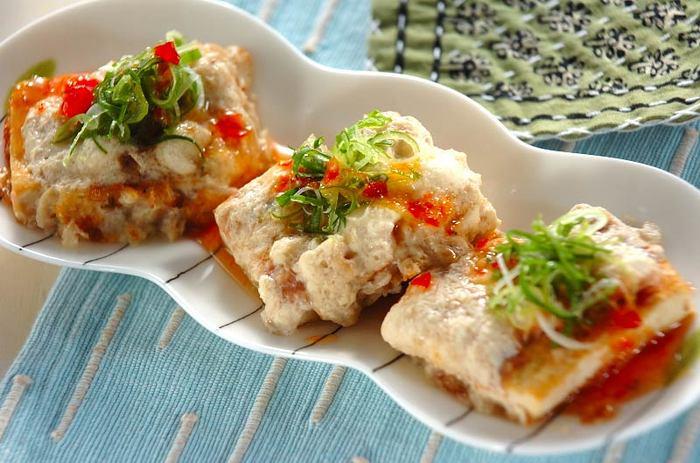 皮をむいてすりおろした山芋に、だし汁などを混ぜ合わせ、フライパンで焼き色がつくまで焼き、さらにかつお節と、すりおろした山芋をかけ、蓋をして蒸し焼きに。器に盛ったら仕上げに刻みネギとスイートチリソースをかけた、豆腐のトロロ焼き。トロロとスイートチリソースの相性もバッチリなだけでなく、食感もフワフワで◎。見た目も華やかなのでホームパーティーのオードブルにも使えそう。