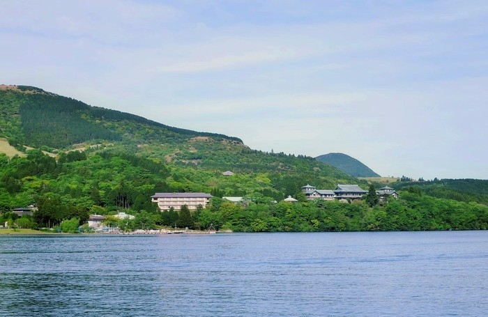 箱根の山並みにしっくりなじんで、もともとこの地にあったようなたたずまい。