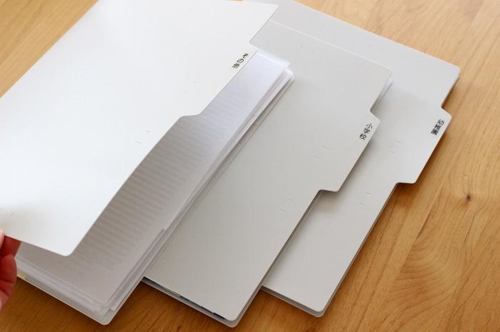 ファイルボックスに書類を納めている方も多いと思いますが、書類がよれてきたり、どこにあるかわからなくなりがちですよね。こちらはPP樹脂の個別フォルダ。クリアファイルよりも丈夫でよれにくく、タブが付いているので見つけやすさも向上しますよ。