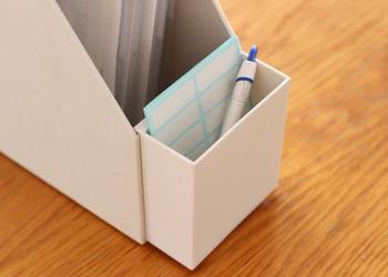 そんな中、細やかな工夫がされているのが「無印良品」。こちらは別売りされている、ひっかけるタイプのポケット。ふせんやペンなどをちょっと挿しておくのに便利です。