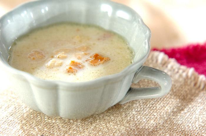 すりおろした玉ねぎ、ベーコン、固形スープのもと、牛乳などで作る、やさしい味わいのおろし玉ネギのスープは、玉ねぎをすりおろすことで風味が増し、食欲がない日でも美味しくいただけそう。