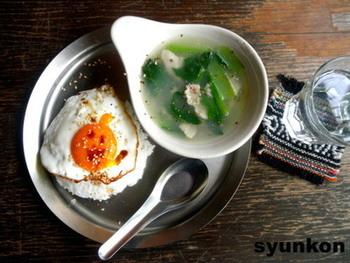 小松菜と豚肉のシンプルなスープで、付け合わせにもぴったりのレシピです。チューブタイプのショウガや鶏がらスープの素など、買い置きしやすい素材を使うのでお手軽。片栗粉でとろみを付けるところも美味しいポイントです。お好みの量のゴマ油と黒コショウで風味付けしましょう。
