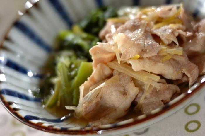 小松菜、豚肉、白ネギでつくるシンプルな煮物ですが、手作りの合わせだしの味わいも楽しめる一品。白ネギだけ別に煮るのが、美味しく仕上がるポイントです。