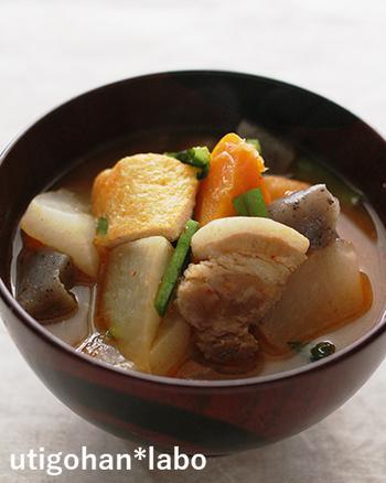 小松菜と豚肉はほかの野菜との相性も良いんです。こちらは具がたっぷりの、メインおかずにもなる豚汁のレシピ。圧力鍋の取り扱いに慣れている方には特におすすめです。小松菜とニラは最後に加えてさっと煮ましょう。
