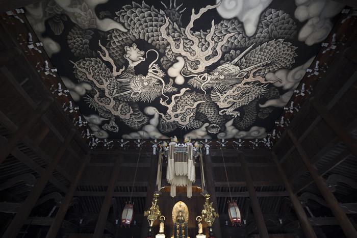 もうひとつ有名なのが、2年もの歳月をかけて描かれたという水墨・天井画『双竜図』。圧巻の天井絵を見てみたいと世界中から多くのひとが集まるのだそう。 うつくしいものを楽しんだら、次はおいしものへ!