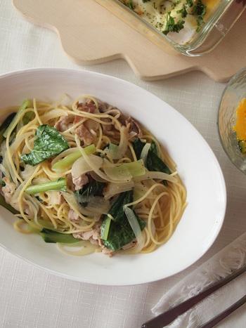 小松菜と豚肉のおしゃれなスープパスタです。なんと15分で完成♪手順をあらかじめおさえておいて、手際良く仕上げましょう。仕上げのオリーブオイルは、加熱しながら混ぜるのが油っぽくならないコツなのだそう。