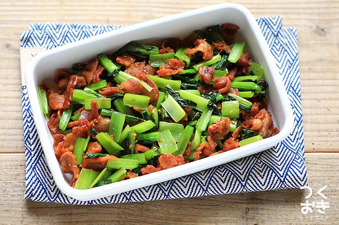 こちらはお弁当のおかずのほか、作り置きもできるレシピです。小松菜はしっかりと水分を切って、水気がなくなるまで炒め合わせるのがポイント。カリカリ食感の豚肉&しっかり味付けでご飯がどんどん進みます♪