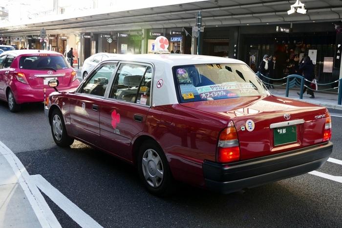 こちらは、バレンタインデー企画で走っていてピンク色の三つ葉。ちょっとした街歩きも楽しくなれそうですね。  また、京都では3時間~半日の貸切や、モデルコースで案内してくれるタクシーも。おすすめのエリアやイベント、地元の人気店がないか相談してみるのも◎