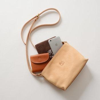 小ぶりバッグの特徴は、デザイン性が高くスタイリッシュでスマート!アクセサリー感覚で身につけられるので、コーデをオシャレに見せてくれます♪ただ小ぶりバッグの難点といえば…収納力ですよね。今回は、そんな小ぶりバッグの荷物軽減法とおすすめのバッグをご紹介していきます♪