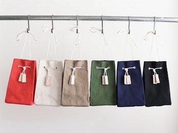 小ぶりのバッグはそれだけでアクセントになるので、まずはシンプルなデザインを選んでみては?こちらは、紐を結ぶことで長さ調節ができ、手持ち、肩掛けとどちらでも使える優秀アイテム。小さいわりにマチがあるので収納力も抜群です。お好みやコーデにあわせて色を選ぶのも楽しそう♪コロンとした見た目が何とも可愛い小ぶりバッグです。