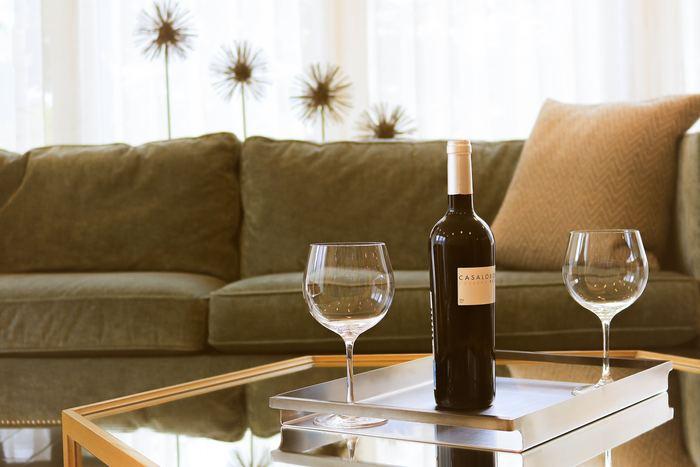 〈赤ワイン〉 赤ワインに合うのはなんと言ってもお肉。赤ワインの渋みであるタンニンは肉の脂肪分との相性が良く、美味しさを引き立ててくれるんです。